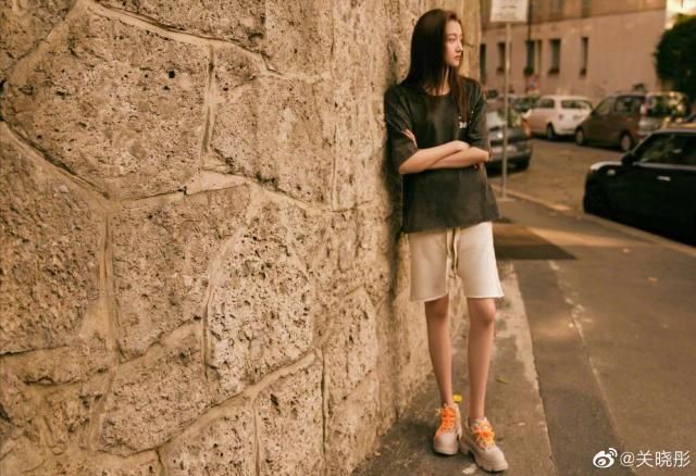 关晓彤街拍 网友表示:穿衣风格越来越像鹿晗了