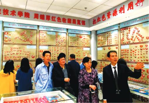 徽章收藏家周继厚1.8万件珍贵的毛泽东像章首次公开亮相