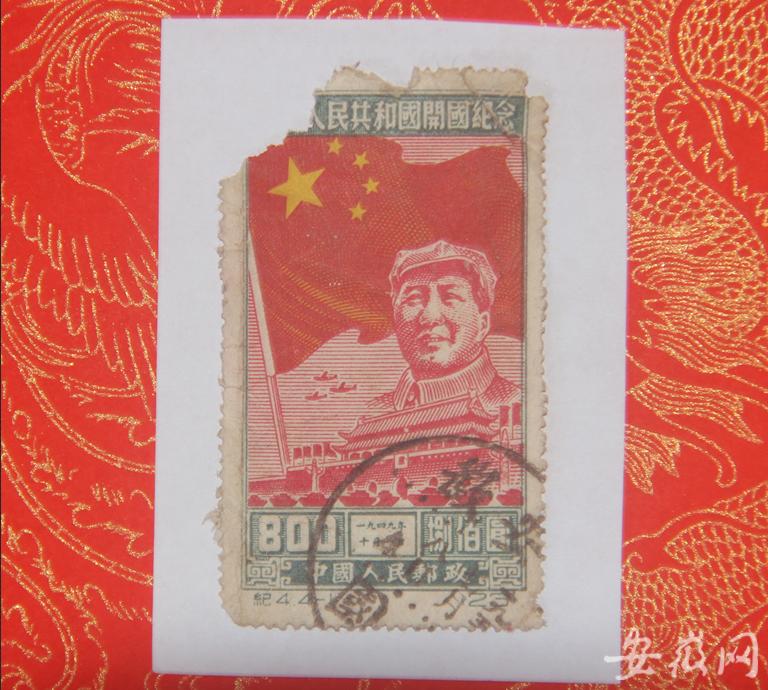 黄山学院教授为大众展示开国纪念邮票