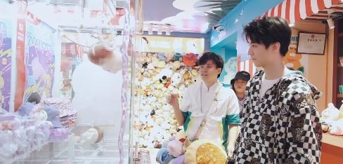 王俊凯夹娃娃送粉丝 网友表示酸了