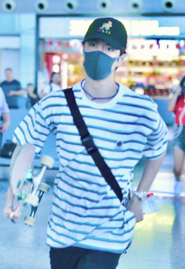 机场追风少年王一博 赶飞机成热点上热搜