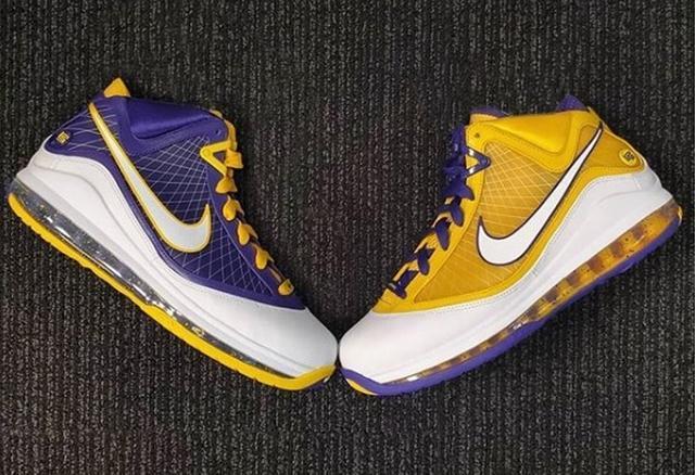 詹姆斯的第7代签名战靴Nike LeBron 7即将复刻!