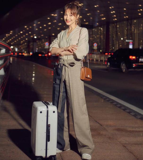 吴昕再一次启程米兰时装周 凭借一条简单的拼色阔腿裤就惊艳了时光