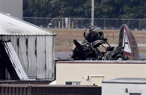 一架载有13人的B-17轰炸机在布拉德利国际机场坠毁 已致7人死亡