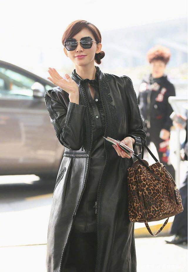 林志玲穿黑色皮衣外套配墨镜走机场 豹纹包包成了亮点