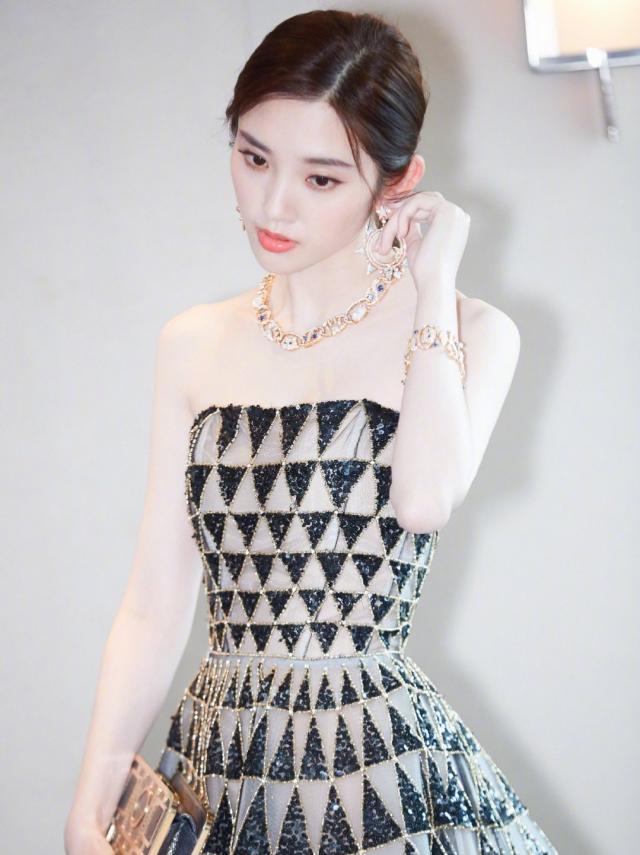 每个女孩子对好看的珠宝都毫无抵抗力 少女感满满的唐艺昕又怎会错过呢?