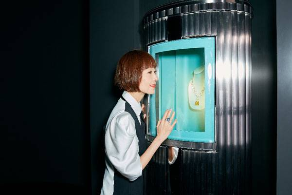 陈鲁豫出席珠宝品牌展览会 造型优雅大方