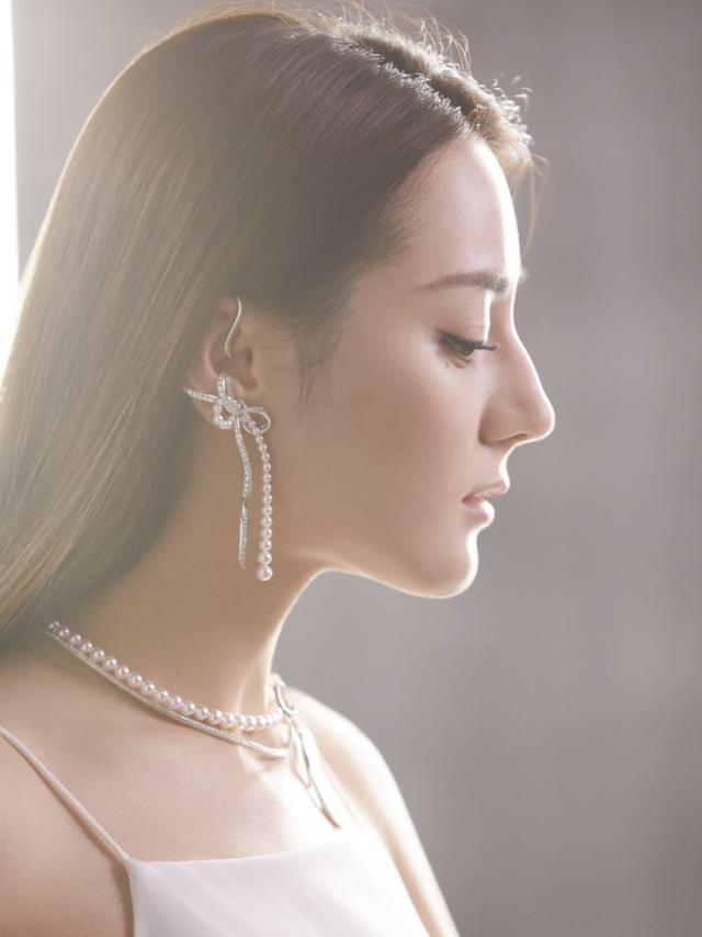 来看看迪丽热巴如何把珍珠戴出了气质
