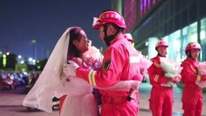 女护士求婚消防男友 这才是爱情该有的样子