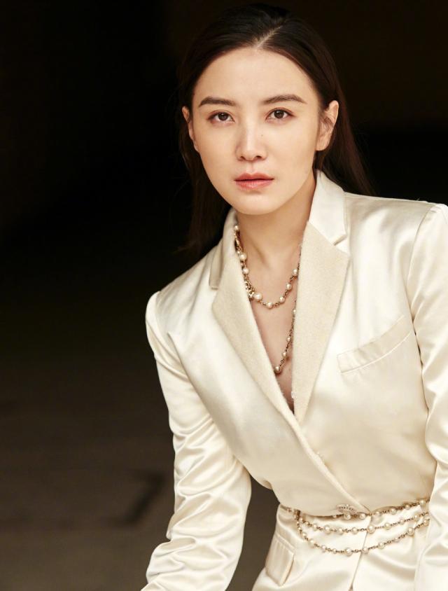 宋佳一身白色套装搭配珍珠配饰 气质十足