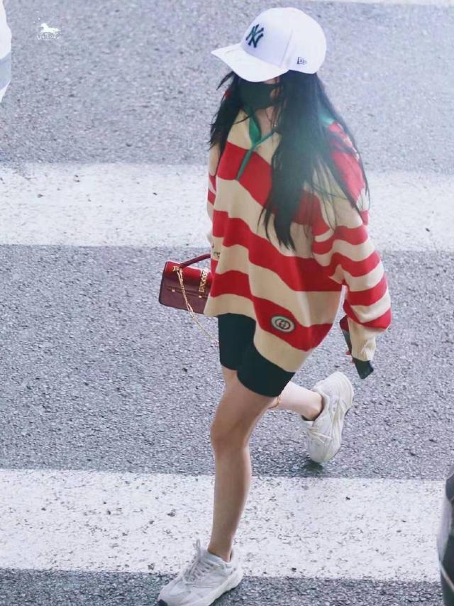 杨幂机场现身 穿一万毛衣背两万五包包