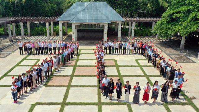 会展人在海口庆祝新中国成立70周年