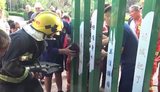 男孩玩魔鬼身材门被卡 消防到场后一分钟脱困