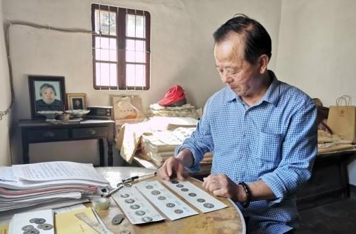 """七旬老人""""嗜钱如命"""" 30余年收集2600余枚古钱币"""
