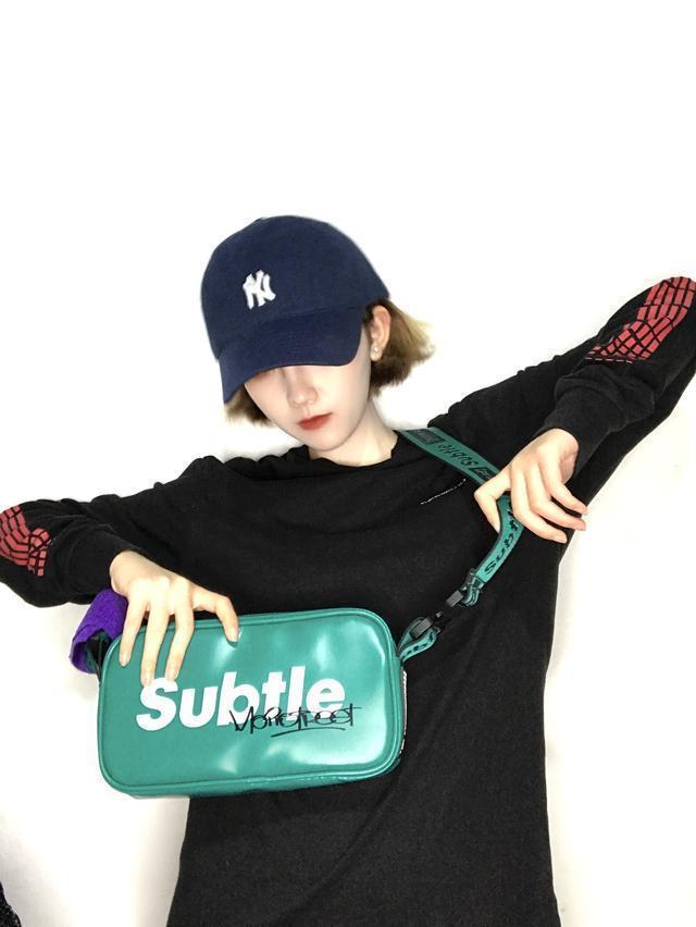 """在潮流圈很受欢迎的这款斜挎包 可以说掀起了一股时尚""""浪潮"""""""
