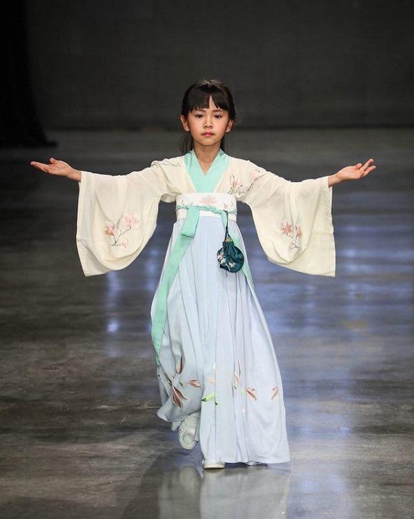 三泽梦作为首个登上时装周的汉服品牌 将五千年中国服装文化与时尚接轨