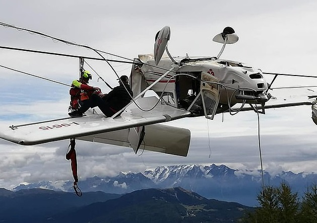 飞机突坠阿尔卑斯山 庆幸两人全部获救