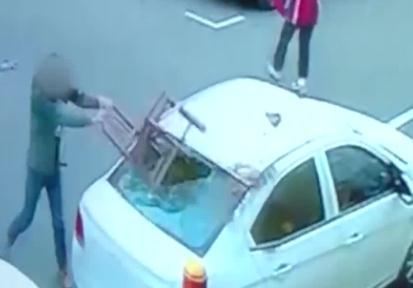 车位被占疯狂砸车 车主怀孕媳妇被吓休克