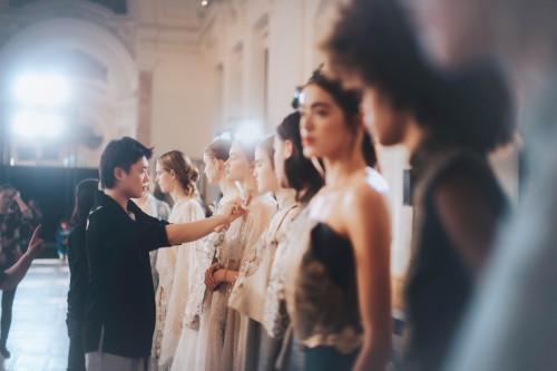 知名90后国风设计师携手SUNCUN三寸盛京品牌 亮相巴黎时装周