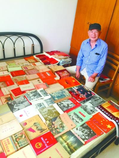 七旬老人收藏红书26载 近万册经典书籍摆满家