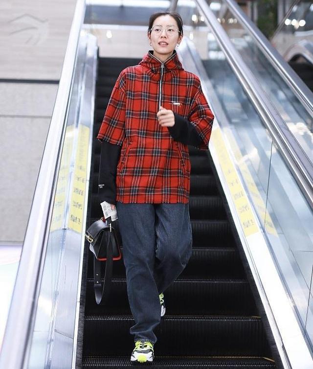 刘雯最新街拍撞衫肖战 红色格子衣尽显青春