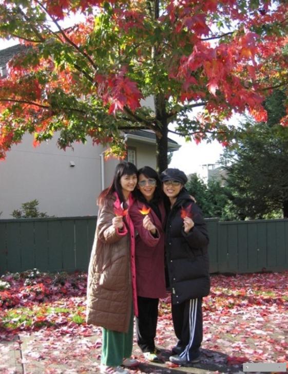 洪欣迎49岁生日 儿子姐妹送祝福