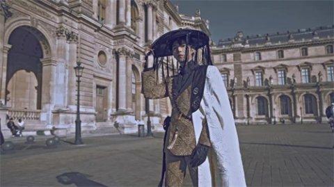 国潮少年徐鹤尼就身穿华裳出席巴黎时装周