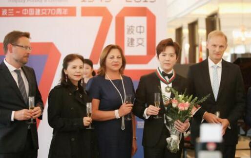 李云迪获金质勋章 表示会把好的中国音乐带到波兰