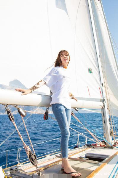 古力娜扎和迪丽热巴同晒游艇照 风格相差甚大