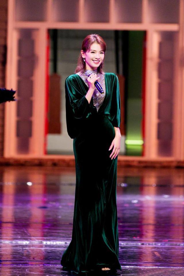 刘涛祖母绿丝绒裙 像极了电影里的复古桥段