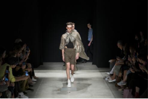 Nomoretouch品牌首次登陆米兰时装周 上演了一场浪漫的忧伤与消失的性感相交融的故事