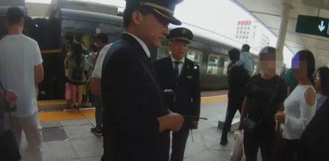 女乘客火车上吃海鲜 因气味太重遭旁边人掌掴
