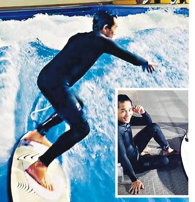 57岁梁朝伟学滑浪 玩的很开心