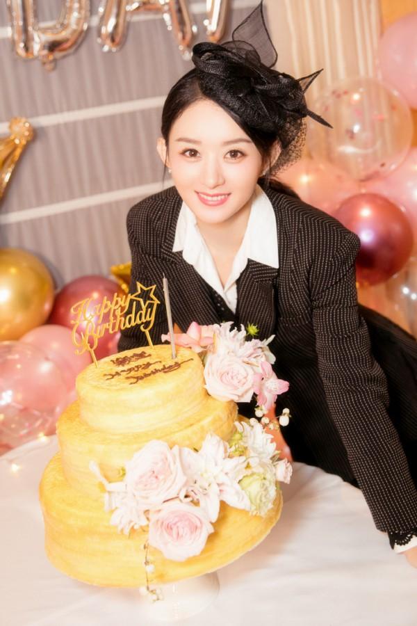 赵丽颖庆32岁生日 身穿黑色西装酷劲十足