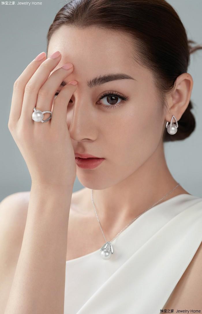 迪丽热巴为Mikimoto拍摄宣传大片 白色长裙尽显温婉气质
