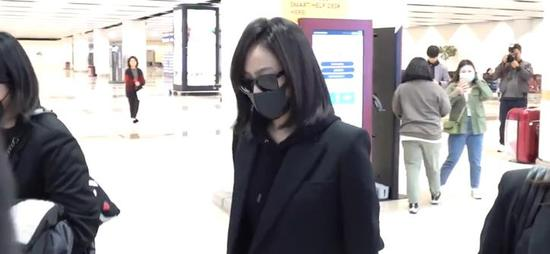 宋茜抵达韩国 一路低头疾行