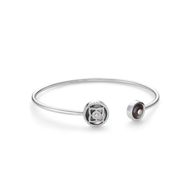 """珠宝品牌戴比尔斯以""""莲花""""造型推出特色的Enchanted Lotus系列首饰"""