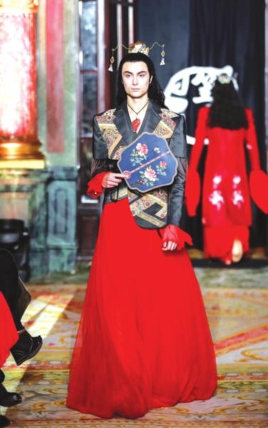 巴黎时装周上 多款融合苏州工艺元素的中式服装赢得了参观者的称赞