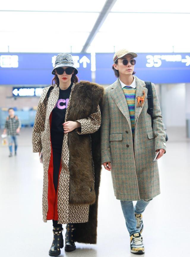 戚薇携手老公李承铉一同现身机场 身着三万五的皮草披肩高调炫了一回