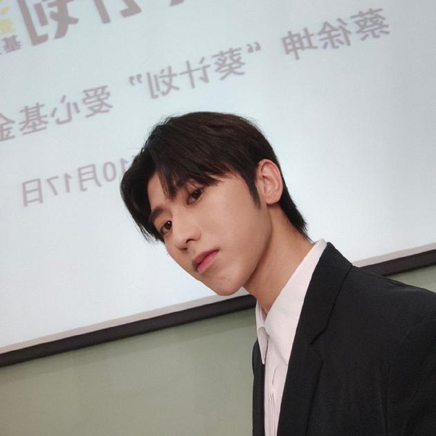 蔡徐坤进驻绿洲营业晒自拍 侧脸棱角分明帅气十足