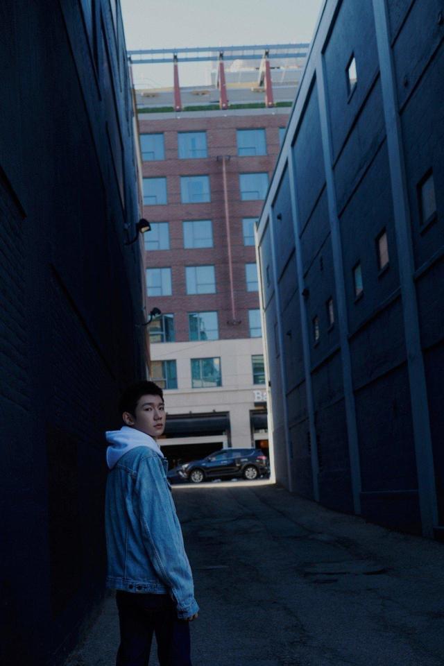 王源波士顿街拍写真 尽显学生时代的干净帅气