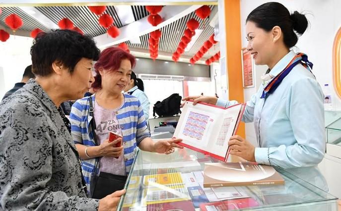 《中华人民共和国成立七十周年》纪念邮票广受市民青睐