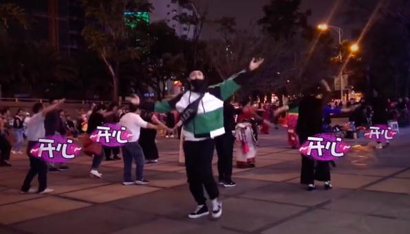 <b>张艺兴倒立训狗 粉丝表示人不如狗系列!</b>