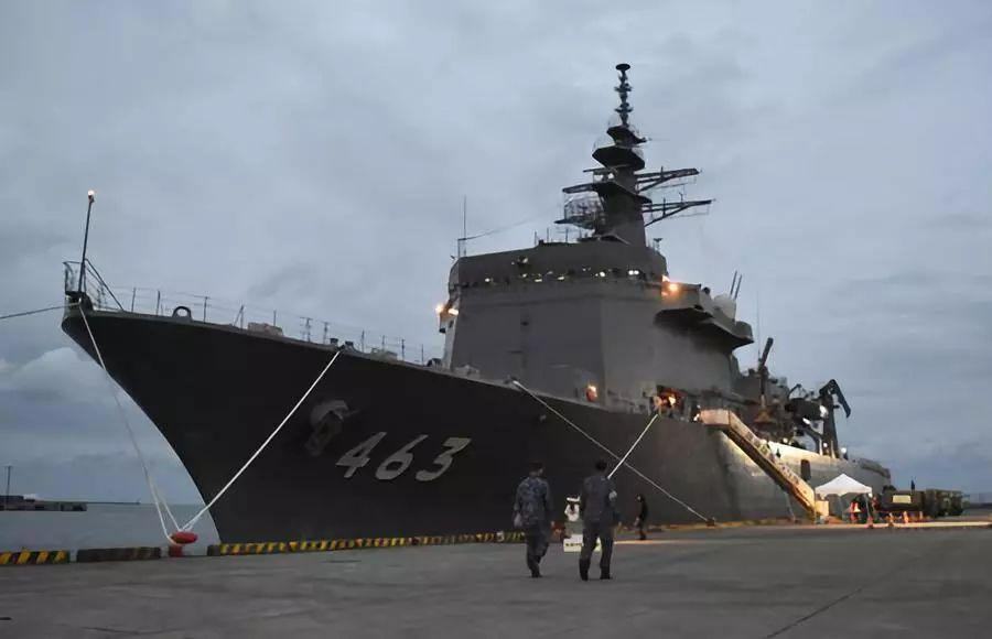 """日本灾民上扫雷母舰 不少人携家带口来""""体验"""""""