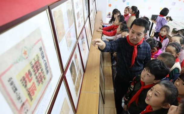 沂蒙董士君26年收藏红色文物5000余件
