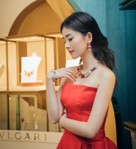 演员白鹿亮相BVLGARI宝格丽高级珠宝活动 红色抹胸长裙明艳动人