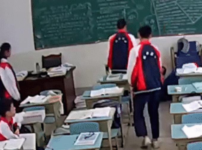 学生持砖打老师被拘 校园何来如此暴戾之气?