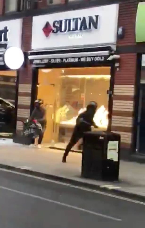 嫌犯抢劫珠宝途中摔倒 被围观群众殴打