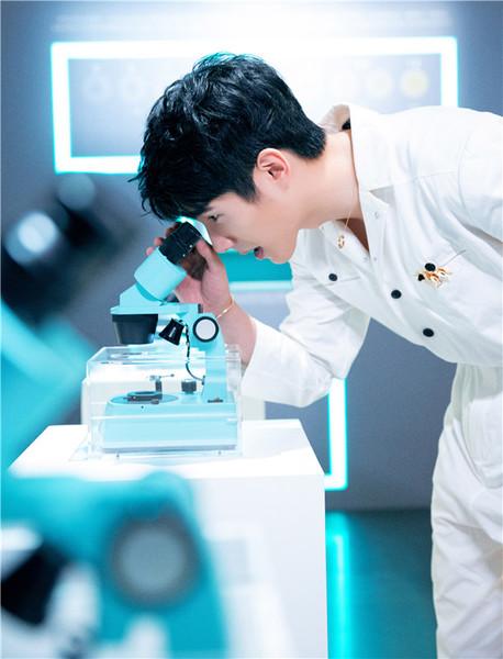 刘昊然惊喜亮相「蒂芙尼钻石的诞生」限时体验展