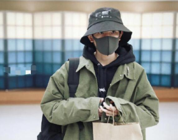 """""""消失""""了56天后的王源亮相机场 青春活力依旧十足"""